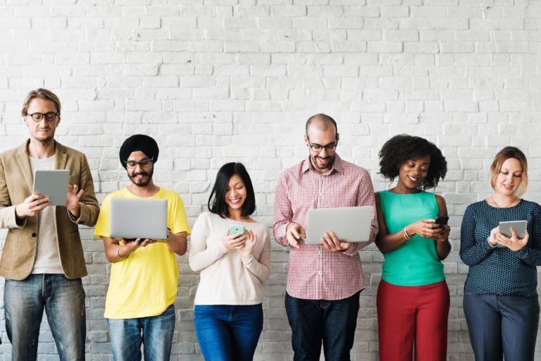 Grupo de personas utilizando dispositivos digitales